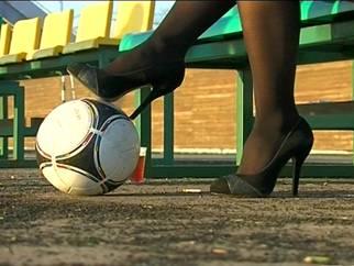 Женщина и футбол: поиграй со мной в футбол