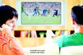 Женщина и футбол: черное и белое